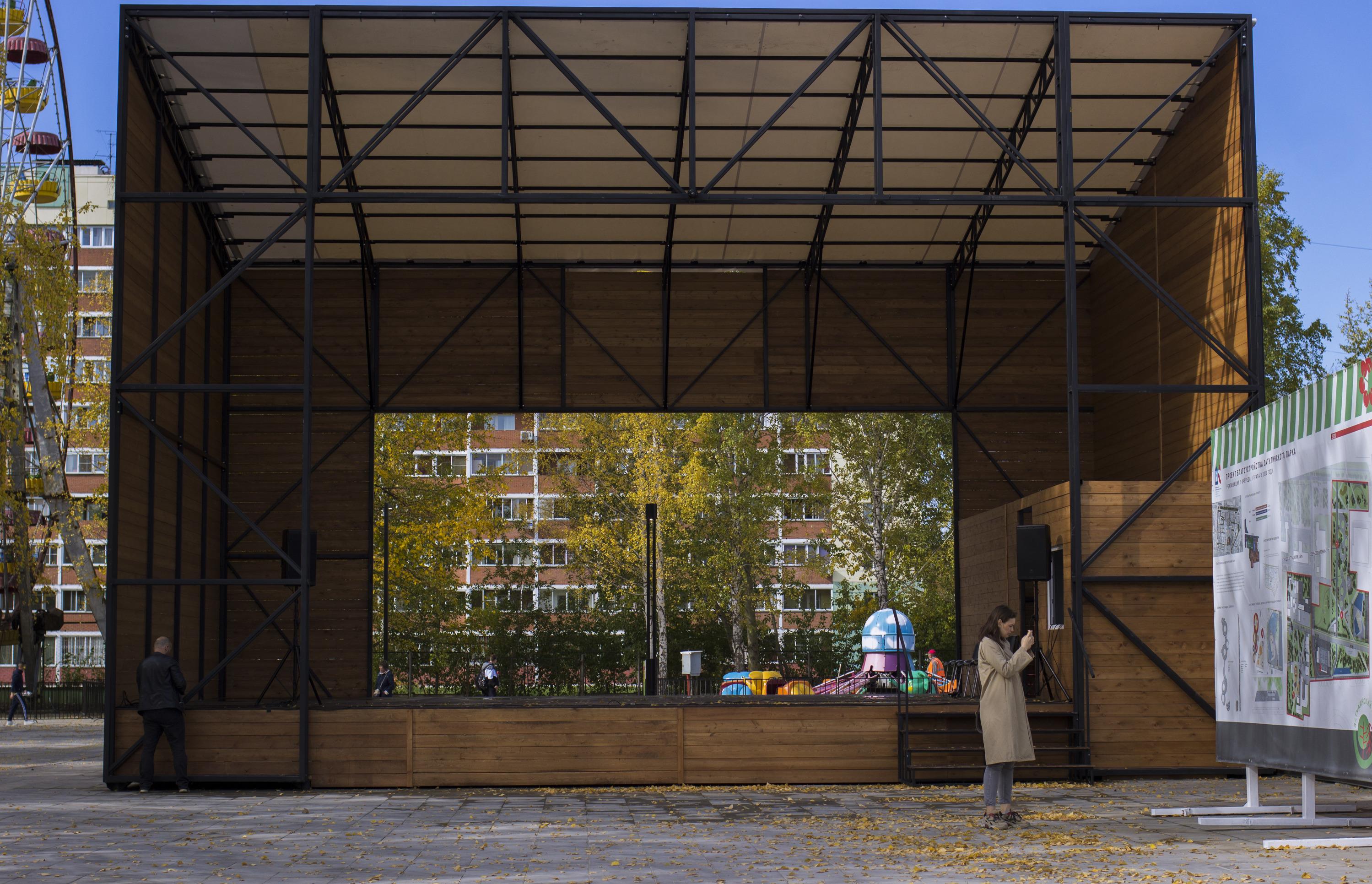 В парке появилась большая новая сцена, а также будка звукорежиссёра
