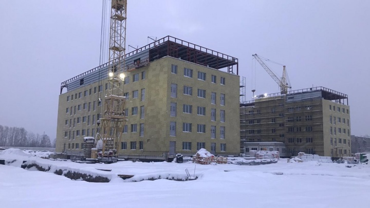 Сергей Кузнецов проверил строительство Новокузнецкой инфекционки. Скоро ее подключат к теплу