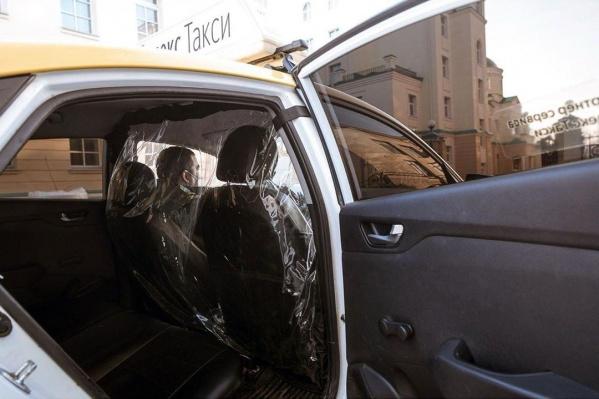 Губернатор показал пример антиковидной перегородки в такси
