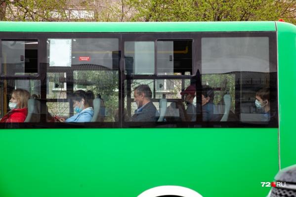 Не все пользуются средствами защиты, судя по пассажирам в транспорте