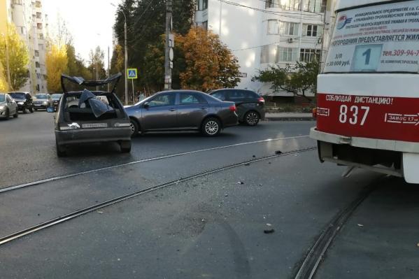 Машины столкнулись на перекрёстке у путей