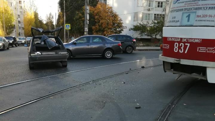 У Крымской площади трамвай вытолкнул ВАЗ на встречку
