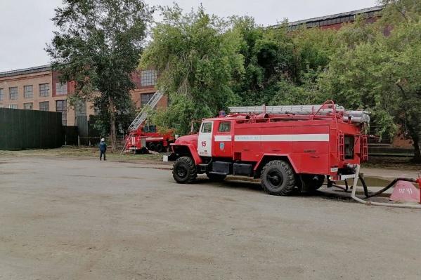 Площадь пожара была небольшой, но сотрудники МЧС работали по повышенному рангу