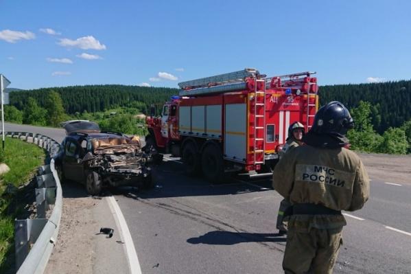 Иномарка сильно пострадала в аварии. На место выезжали пожарные