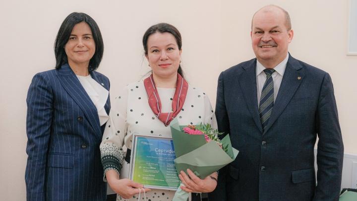 Сбербанк в Новосибирске вручил подарки лучшим учителям России