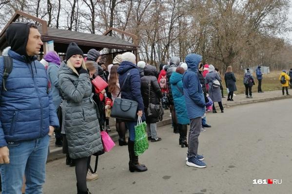 Люди выходят на остановку в районе пяти утра и часами ждут нужный транспорт