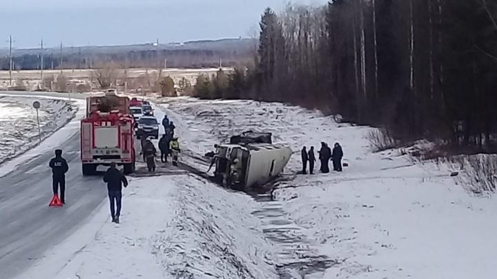 В Котласском районе перевернулся автобус, погиб один пассажир