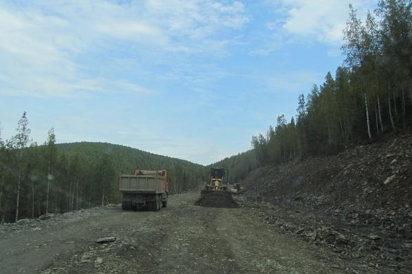 На трассе Епишино — Северо-Енисейск перевернулся грузовик