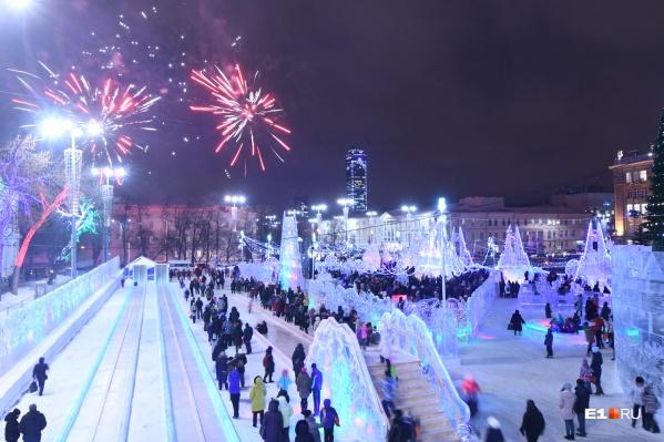 В ледовый городок приходят тысячи люди