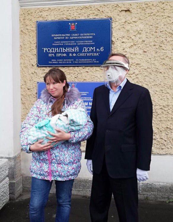 Губернатор посетил три роддома. Повод — в первые дни мая в Петербурге родилось три двойни