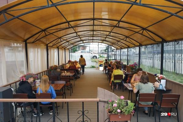 Веранды и столики возле кафе нарасхват у жителей города, особенно в хорошую погоду