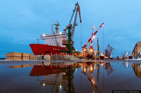Первая пристань была построена в Архангельске при основании города в 1584 году, и сразу же начали принимать иностранные суда. Огромное значение порт имел в годы Великой Отечественной войны