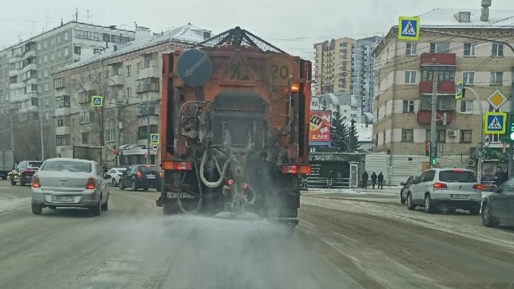 Снова засолили: улицы в Челябинске после снегопада засыпали реагентами