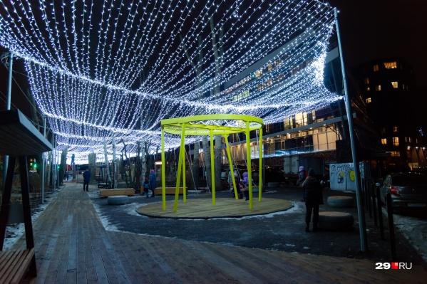 В городе уже появляются новогодние украшения, но быть ли массовым гуляниям, вопрос пока открыт