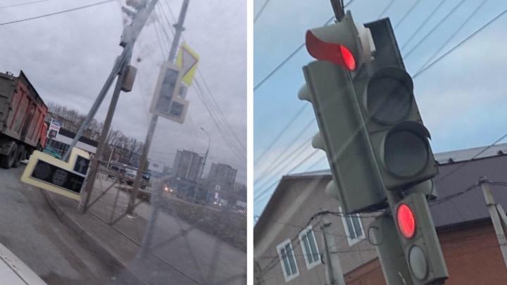 Последствия сильного ветра в Новосибирске — поваленный светофор и потухшие фонари