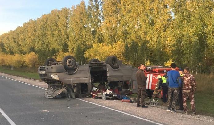 На трассе под Новосибирском перевернулся микроавтобус — внутри было четыре человека