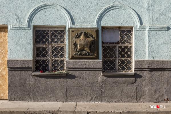 После нескольких лет скитаний мемориальной доске нашли место на фасаде проходной завода