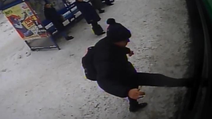 На Посадской парень в шапке с помпончиком напал на автобус, так как водитель отказался ждать его маму