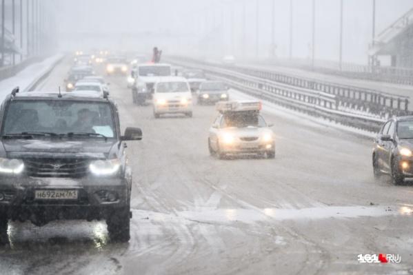 Закрытие моста на Малиновского добавило проблем и для водителей, следующих по трассе