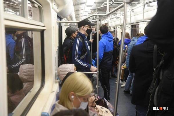 Далеко не все пассажиры носят маски в общественном транспорте