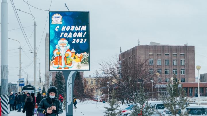 В Омске напротив достопримечательностей начали ставить рекламные щиты