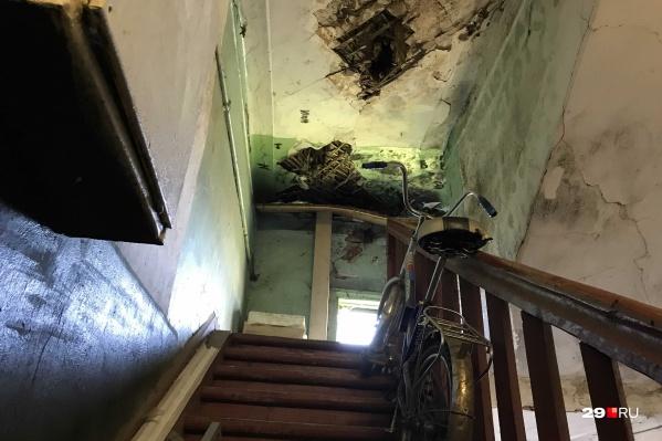 Потолки обрушаются не только в подъездах, но и в квартире