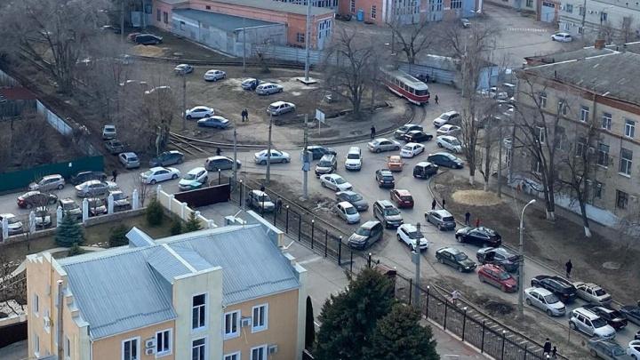 «1000 человек мешали празднику»: горожане осудили парковки в центре Волгограда на Масленицу
