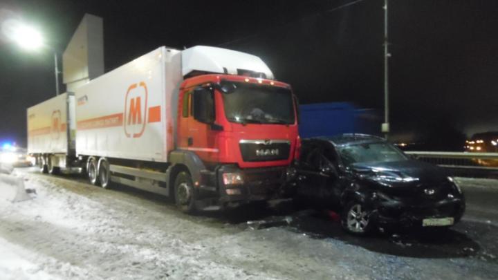 На Краснофлотском мосту Архангельска столкнулись грузовик и внедорожник