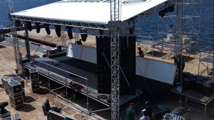 Собрали плавучую сцену: «Рок над Волгой» пройдет 28 июня у берегов Самары