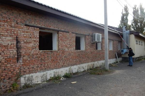 Кирпичное здание стоит без окон, без дверей