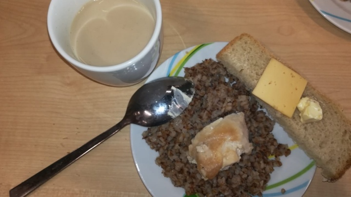 «Котлеты из странного мяса и каши непонятно из чего»: уфимские школьники показали, чем их кормят в столовой