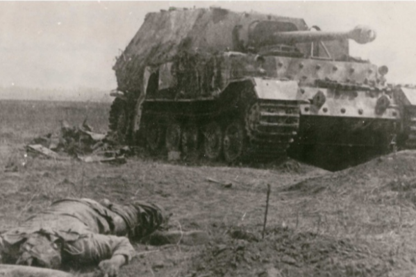 «Капут. Курская битва». Из архива Владимира Кухтина. На фото — убитый солдат и подбитая немецкая противотанковая установка «Фердинанд»<br>&nbsp;