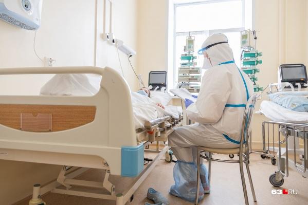 Врачи рекомендуют пациентам с коронавирусной пневмонией лежать по 16 часов на животе