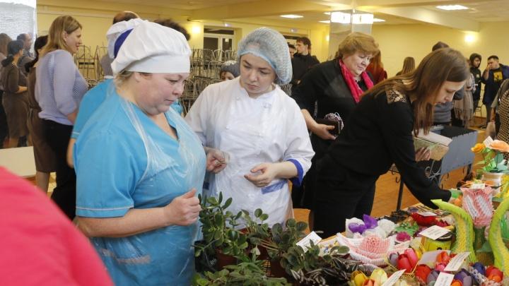 Баба на чайник и кот из ситца: как техникум в Архангельске собрал 11 тысяч рублей на памятник герою