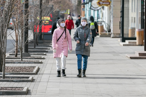 С каждым днем все больше красноярцев надевают маски