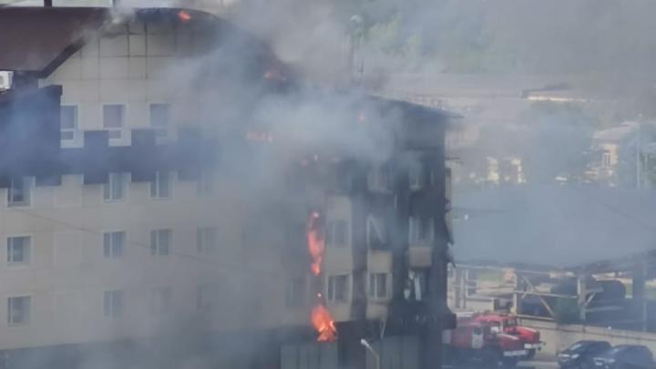В МЧС рассказали, почему в Тюмени загорелся бизнес-центр «Парус»