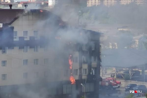 Сообщение о пожаре поступило в МЧС в 15:45. Около трех часов пожарные пытались ликвидировать возгорание