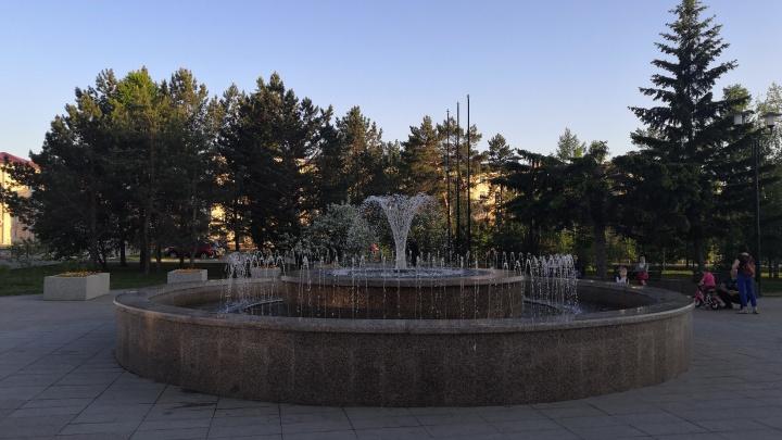 В Омске запустили фонтаны. Из-за режима самоизоляции это случилось на месяц позже