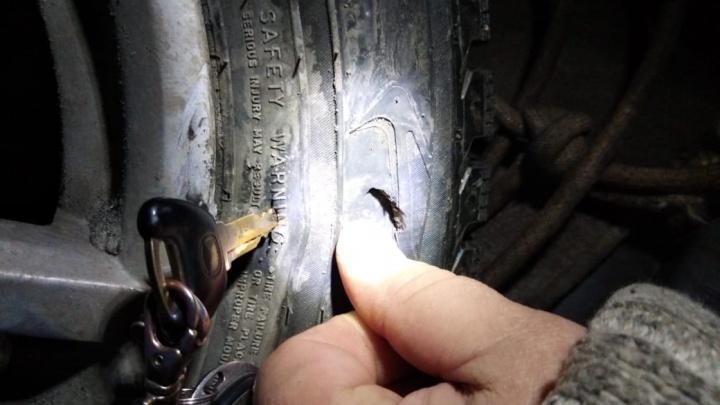«Восстановлению не подлежит»: машины пробили колеса на разбитой дороге в Калининском районе