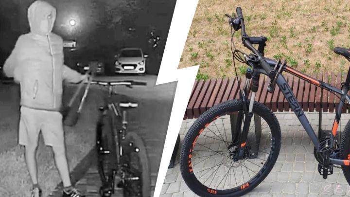 Три парня угнали четыре велосипеда из подъезда в Екатеринбурге: момент кражи попал на видео