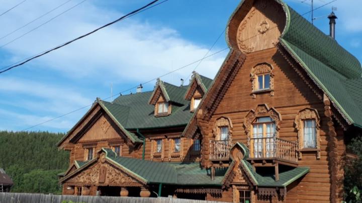 Под Екатеринбургом продают «древнерусский» терем: смотрим фото