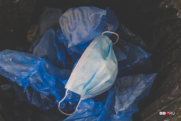 Использованные медицинские маски засоряют ливневки и канализацию