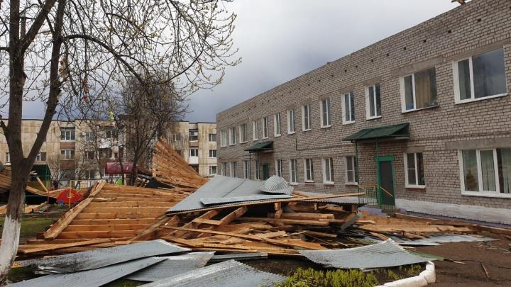 Сорванные крыши в детсадах и школах, покореженные машины: наблюдаем последствия урагана в Башкирии