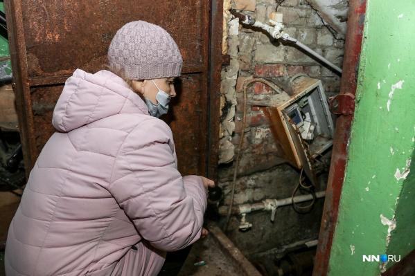 Жители дома на улице Чкалова уже много лет страдают от зловония в подъезде