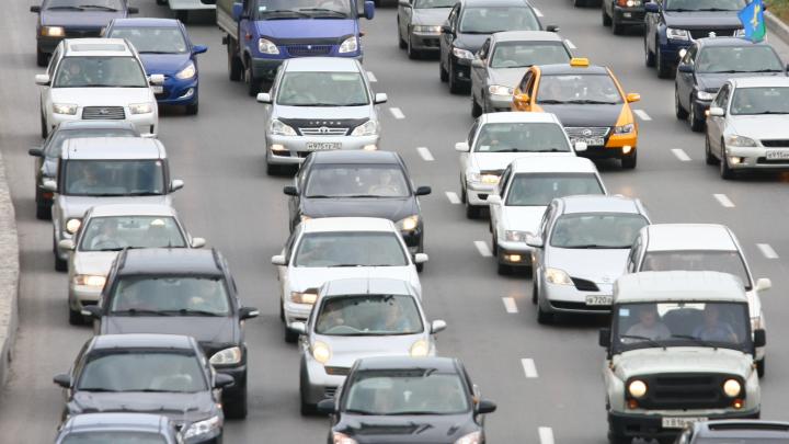 «Чтоб я ещё раз на левый берег поехал»: водители встали в 6-километровую пробку на Димитровском мосту