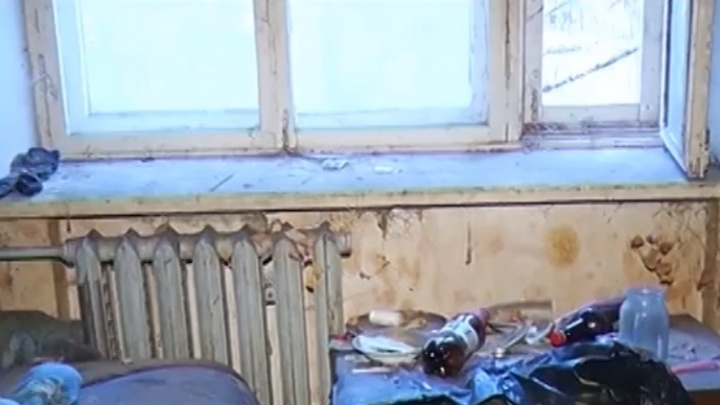 Администрация Дзержинска уверяет, что мать-одиночка сама не дала сделать ремонт в ее комнате