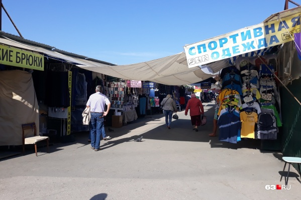 В народе Кировским рынком называют и законные торговые ряды, и те, что их окружают