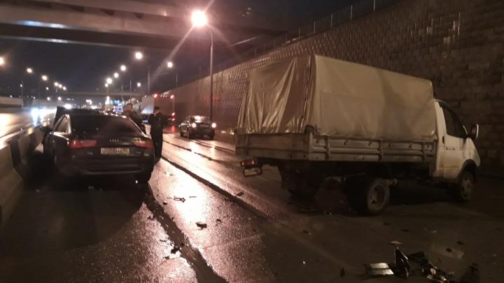 Массовое ДТП под Бугринским мостом: на Большевистской столкнулись пять машин