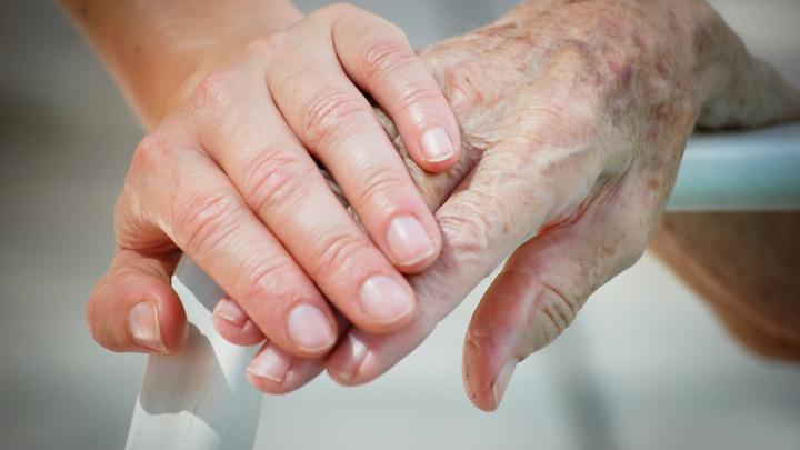 95-летний ветеран войны без родственников: как приемная бабушка стала полноценным членом семьи