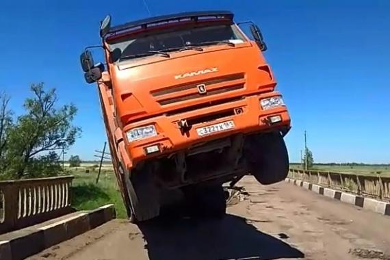 Тяжелый КАМАЗ разрушил мост в Жирновском районе